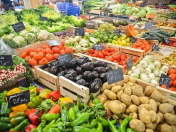 5 reasons to eat organic - farmers market produce stand